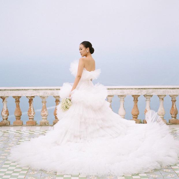 Váy cưới bồng bềnh như mây trắng của fashionista Hong Kong khiến bạn phải thốt lên: Liệu đây có phải mơ?Váy cưới bồng bềnh như mây trắng của fashionista Hong Kong khiến bạn phải thốt lên: Liệu đây có phải mơ? - Ảnh 1.