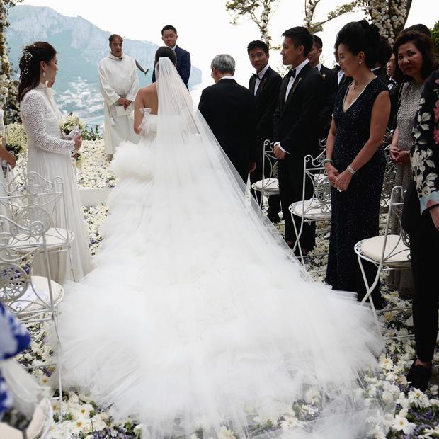Váy cưới bồng bềnh như mây trắng của fashionista Hong Kong khiến bạn phải thốt lên: Liệu đây có phải mơ?Váy cưới bồng bềnh như mây trắng của fashionista Hong Kong khiến bạn phải thốt lên: Liệu đây có phải mơ? - Ảnh 7.