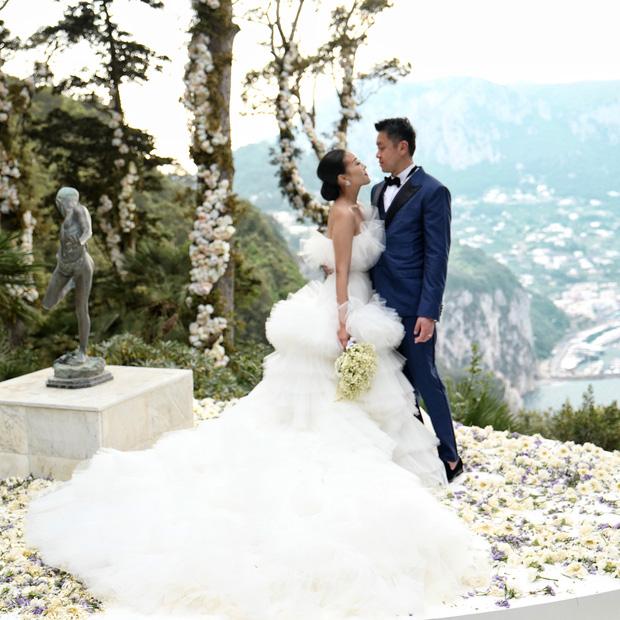 Váy cưới bồng bềnh như mây trắng của fashionista Hong Kong khiến bạn phải thốt lên: Liệu đây có phải mơ?Váy cưới bồng bềnh như mây trắng của fashionista Hong Kong khiến bạn phải thốt lên: Liệu đây có phải mơ? - Ảnh 4.