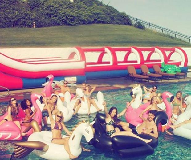 Muốn gia nhập hội bạn thân sang chảnh của Taylor Swift, bạn phải bỏ ra chi phí bao nhiêu?