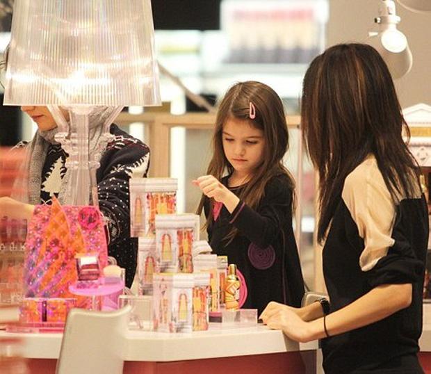 Suri Cruise và Harper Beckham: Hai cô bé nổi tiếng nhất thế giới có tuổi thơ trái ngược - Ảnh 21.