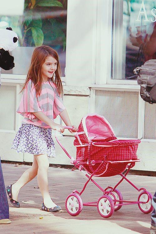 Suri Cruise và Harper Beckham: Hai cô bé nổi tiếng nhất thế giới có tuổi thơ trái ngược - Ảnh 22.