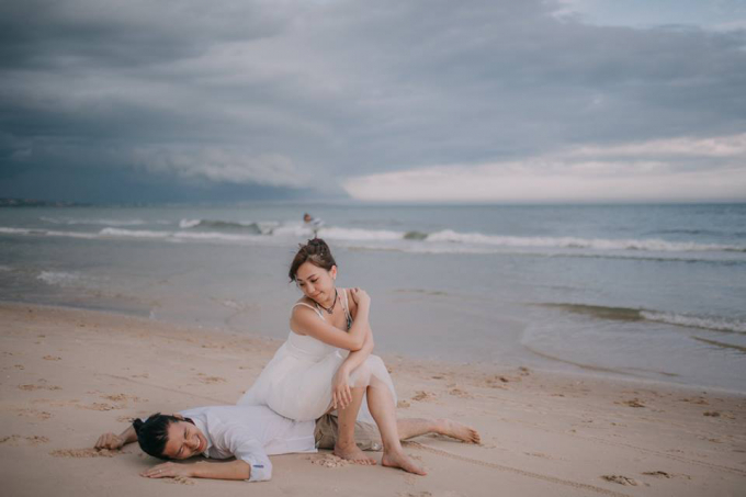 Bộ ảnh cưới của họ như cuộc dạo chơi khám phá một miền đất mới, trải nghiệm những món ăn vặt đậm chất Việt, chạy thử xe máy, đi tàu, hay ngồi quán xá vỉa hè...