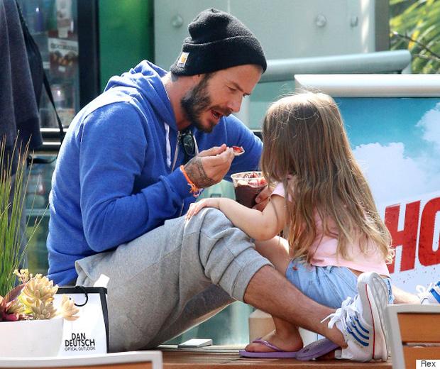 Suri Cruise và Harper Beckham: Hai cô bé nổi tiếng nhất thế giới có tuổi thơ trái ngược - Ảnh 3.