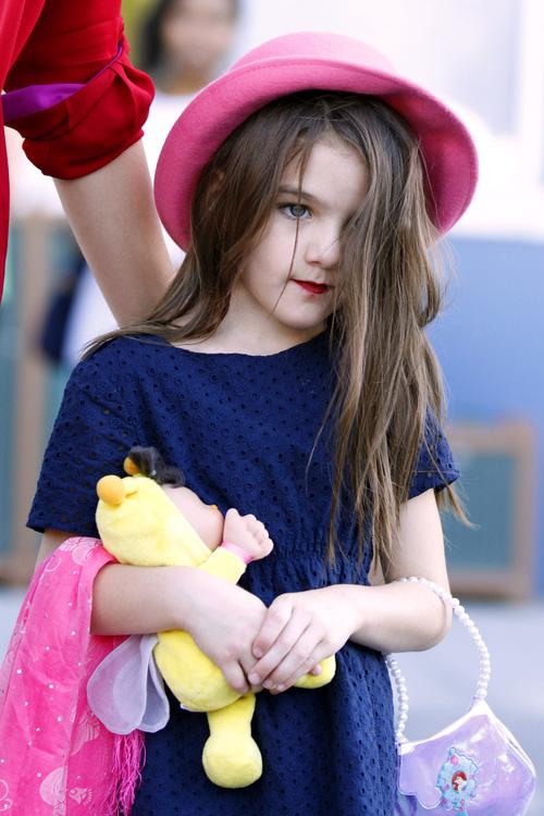 Suri Cruise và Harper Beckham: Hai cô bé nổi tiếng nhất thế giới có tuổi thơ trái ngược - Ảnh 20.