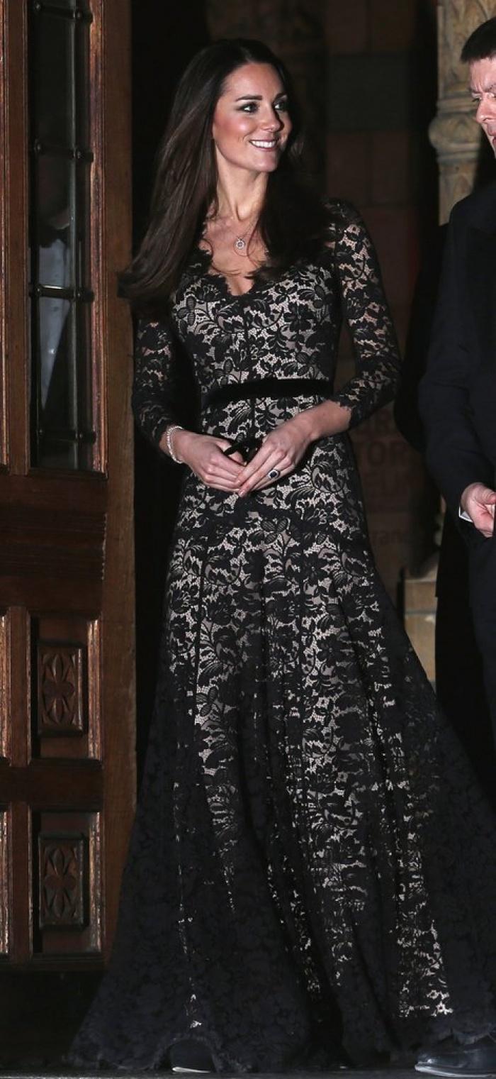 Có cả tủ váy dạ hội đẹp thế này, chẳng trách công nương Kate luôn lộng lẫy - Ảnh 1.