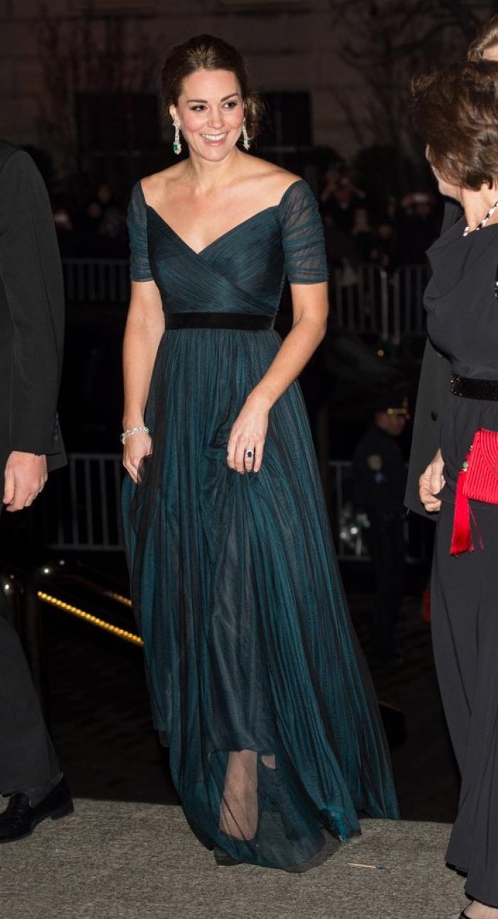 Có cả tủ váy dạ hội đẹp thế này, chẳng trách công nương Kate luôn lộng lẫy - Ảnh 2.