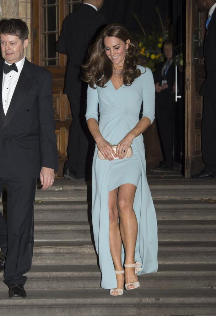 Có cả tủ váy dạ hội đẹp thế này, chẳng trách công nương Kate luôn lộng lẫy - Ảnh 3.