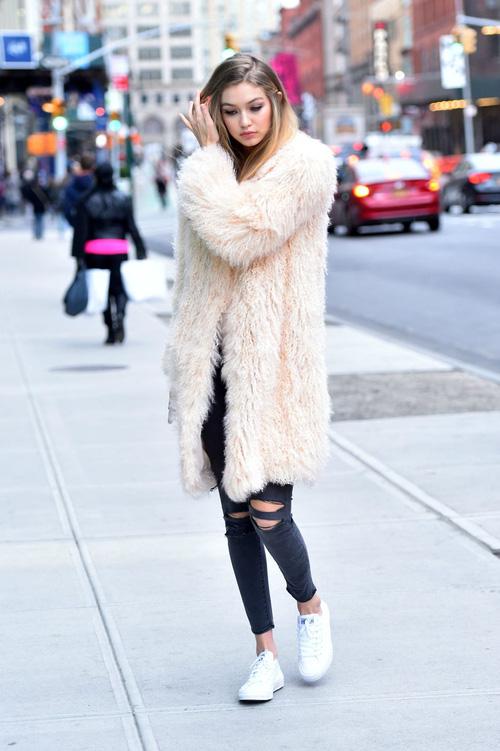 Mặt đẹp dáng chuẩn, Gigi Hadid mỗi khi bước xuống phố đều long lanh như chụp ảnh tạp chí - Ảnh 17.
