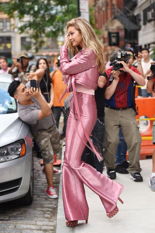 Mặt đẹp dáng chuẩn, Gigi Hadid mỗi khi bước xuống phố đều long lanh như chụp ảnh tạp chí - Ảnh 6.