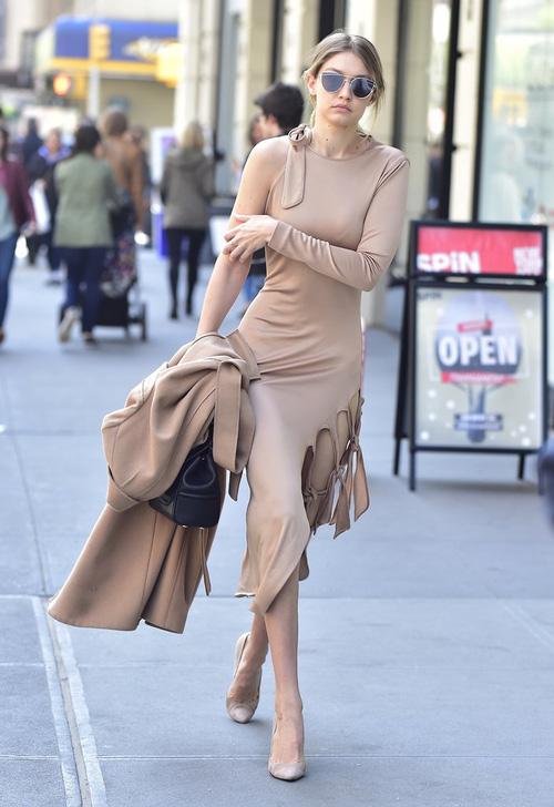 Mặt đẹp dáng chuẩn, Gigi Hadid mỗi khi bước xuống phố đều long lanh như chụp ảnh tạp chí - Ảnh 18.