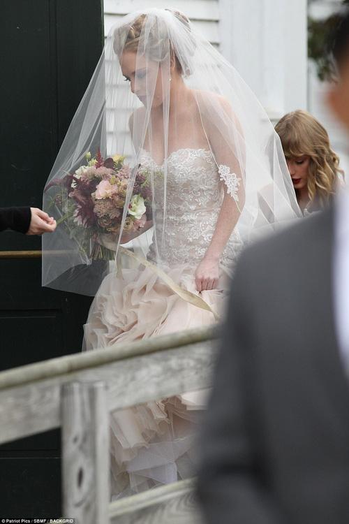 Hết đanh đá như trong MV, Taylor Swift hóa phù dâu xinh đẹp gợi cảm tại đám cưới bạn thân - Ảnh 6.
