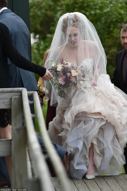 Hết đanh đá như trong MV, Taylor Swift hóa phù dâu xinh đẹp gợi cảm tại đám cưới bạn thân - Ảnh 9.