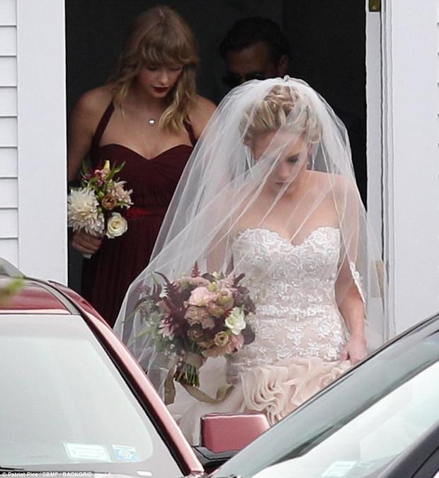 Hết đanh đá như trong MV, Taylor Swift hóa phù dâu xinh đẹp gợi cảm tại đám cưới bạn thân - Ảnh 7.