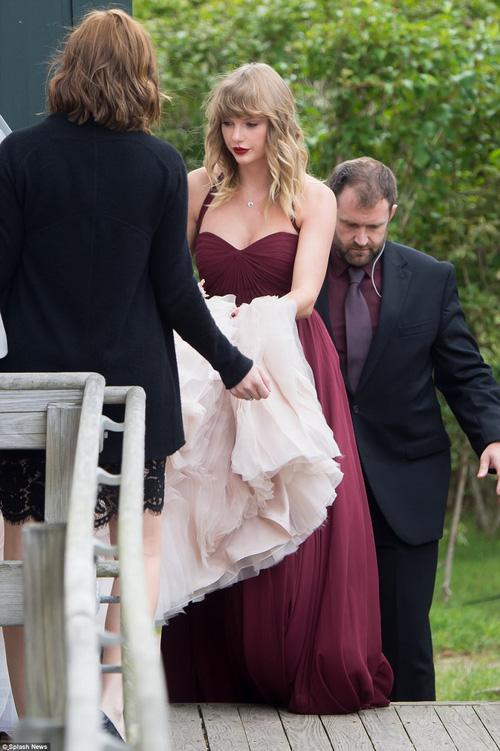 Hết đanh đá như trong MV, Taylor Swift hóa phù dâu xinh đẹp gợi cảm tại đám cưới bạn thân - Ảnh 1.
