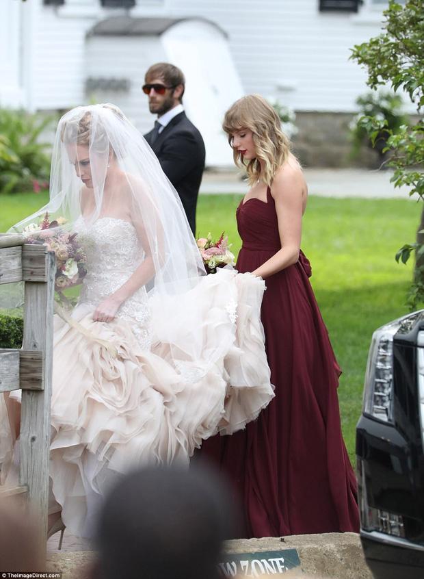 Hết đanh đá như trong MV, Taylor Swift hóa phù dâu xinh đẹp gợi cảm tại đám cưới bạn thân - Ảnh 8.