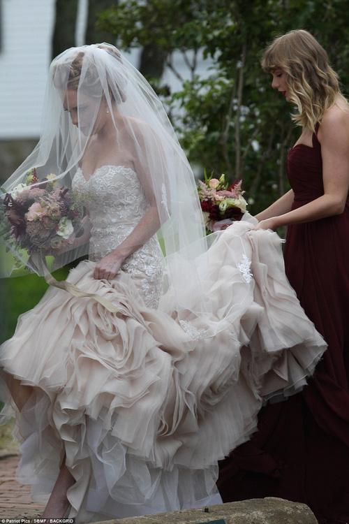 Hết đanh đá như trong MV, Taylor Swift hóa phù dâu xinh đẹp gợi cảm tại đám cưới bạn thân - Ảnh 5.