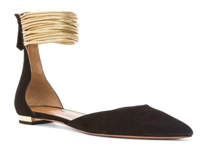 Phần dây quanh cổ chân khiến mẫu giày này trông cá tính và mạnh mẽ