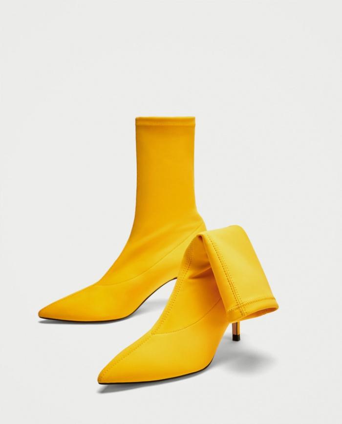 Nghe thì lạ nhưng 'giày kiêm tất' đang là món đồ hot hit nhất Thu/Đông năm nayThu/Đông này, không phải blazer, những đôi giày kiêm tất mới là món đồ đang chiếm lĩnh tủ đồ của sao Việt - Ảnh 5.