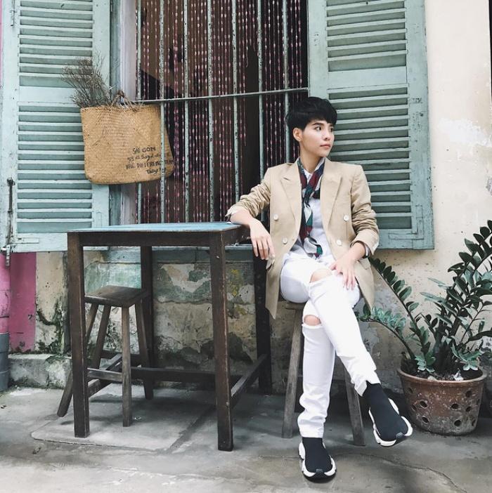 Nghe thì lạ nhưng 'giày kiêm tất' đang là món đồ hot hit nhất Thu/Đông năm nayThu/Đông này, không phải blazer, những đôi giày kiêm tất mới là món đồ đang chiếm lĩnh tủ đồ của sao Việt - Ảnh 27.