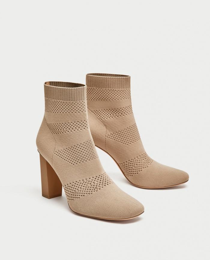 Nghe thì lạ nhưng 'giày kiêm tất' đang là món đồ hot hit nhất Thu/Đông năm nayThu/Đông này, không phải blazer, những đôi giày kiêm tất mới là món đồ đang chiếm lĩnh tủ đồ của sao Việt - Ảnh 4.