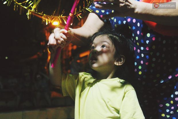 Trái với cảnh đông đúc ở trung tâm, bọn trẻ khu tập thể cũ Hà Nội quây quần phá cỗ và rước đèn khắp xóm đêm Trung thu - Ảnh 11.