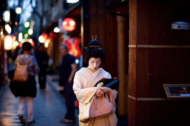 Cuộc đời ly kỳ của Geisha chín ngón nổi tiếng nhất Nhật Bản: Trẻ đa tình hàng nghìn người khao khát, cuối đời đi tu, chết trong đơn độc - Ảnh 10.