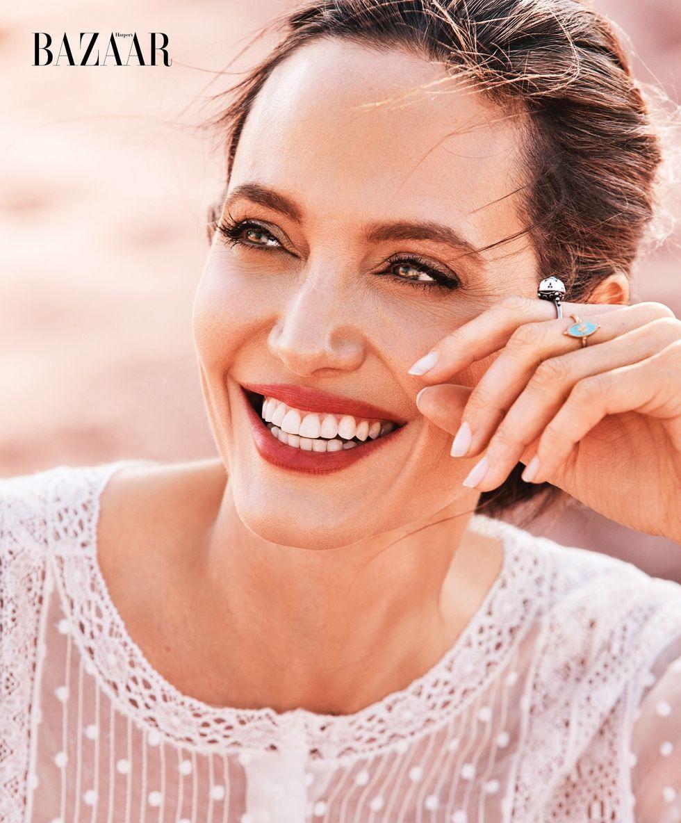 Angelina Jolie chứng minh đẳng cấp huyền thoại nhan sắc thế kỷ 21 với bộ ảnh đẹp say lòng người - Ảnh 2.