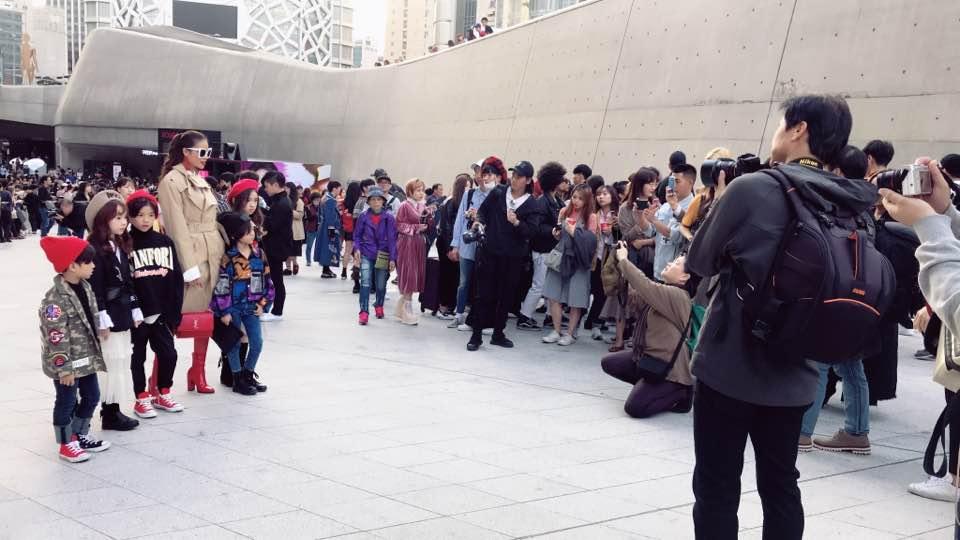 Cuối cùng, Hoa hậu Phạm Hương cũng đã chịu xuất hiện tại Seoul Fashion Week! - Ảnh 1.