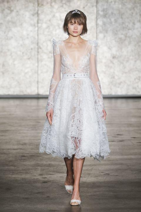 những chiếc váy cưới ngắn độc đáo