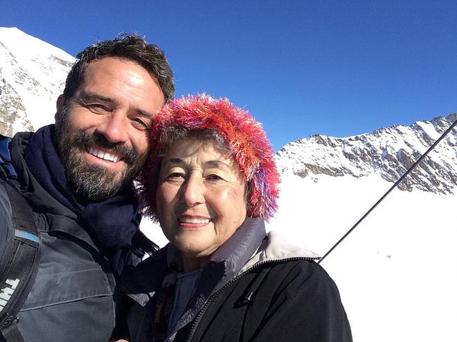 Thương mẹ 20 năm chăm sóc chồng bệnh tật, cậu con trai hiếu thảo đã báo hiếu bằng một chuyến phiêu lưu thú vị