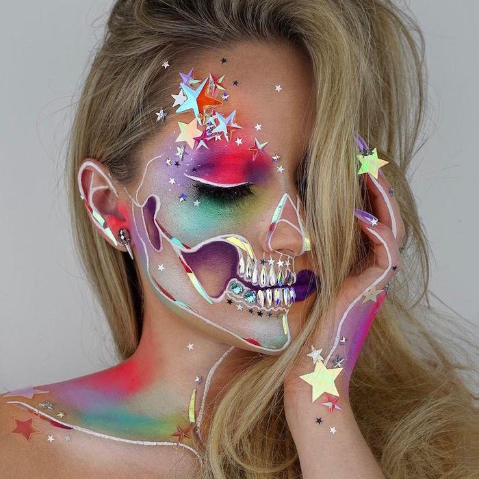 Những tác phẩm của cô thường rất lấp lánh, đầy đủ màu sắc.