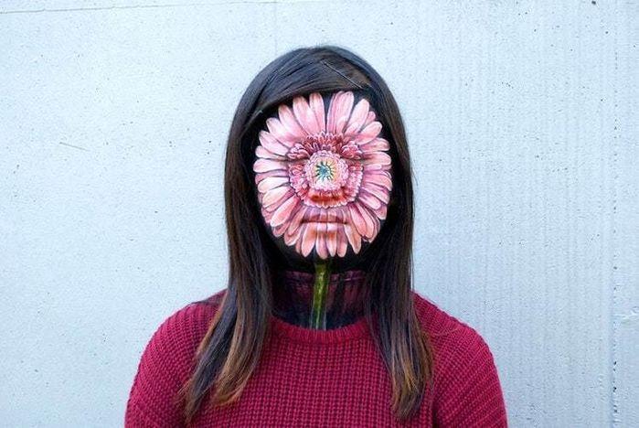 Kiên nhẫn tô vẽ cả bông hoa lên khuôn mặt mình đâu phải điều đơn giản.