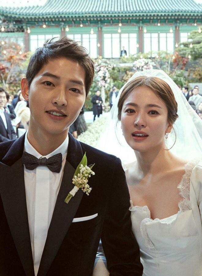 Vogue hé lộ bộ trang điểm giản dị Song Hye Kyo đã sử dụng trong ngày cưới - Ảnh 1.