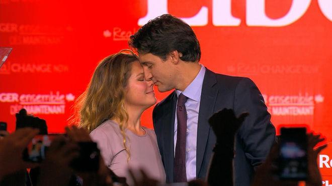 Khoảng khắctrong tiệc chúc mừng chiến thắng khi ông Trudeau được bầu làm Thủ tướng thứ 23 của Canada