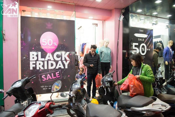 Nhiềucửa hàng treo biển giảm giá 50% các sản phẩm dịp Black Friday.