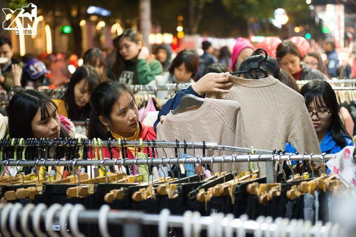 Hơn 10h tối, các cửa hàng vẫn chật cứng người lựa đồ, ai cũng muốn tận dụng chút thời gian cuối ngày để chọn cho được một vài bộ đồ để mặc.