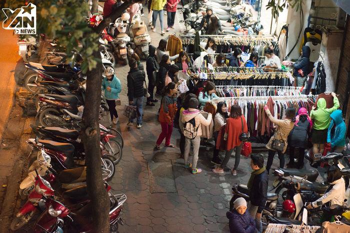 Một số cửa hàng phảibày quần áo ra vỉa hè để bán vì lượng khách quá đông, diện tích trong shop không thể chứa hết