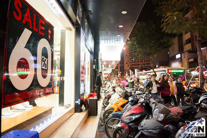 Tại thủ đô Hà Nội, những tấm biểngiảm giá, sale giá cựcsốc được treo lớn trước cửa hiệu.