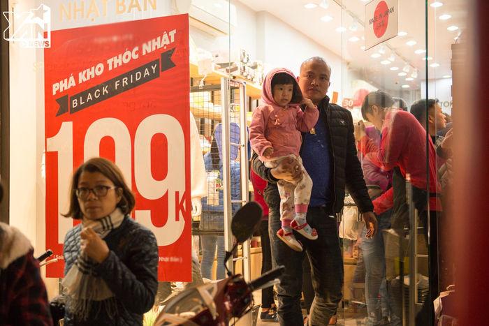 Cũng có các ông bố, bà mẹ tranh thủ bế con đi mua sắm như thế này đây.
