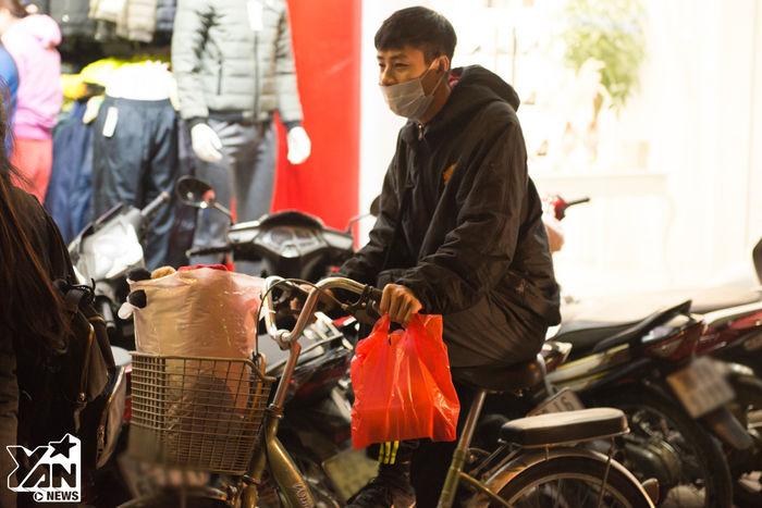 Một anh chàng hí hửng đạp xe đi mua quà cho người yêu. Anh chàng này đã canh từ trưa để có thể chọn được chiếc áo khoác hàng hiệu xinh xắn mà giá cả lại vô cùng sinh viên cho bạn gái.