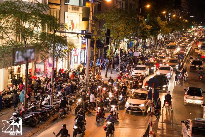 Tại Phố Chùa Bộc (Đống Đa, Hà Nội), cả con đường dài trong khu kinh doanh thời trang sầm uất tại Hà Nộichật đông kín người đến mua