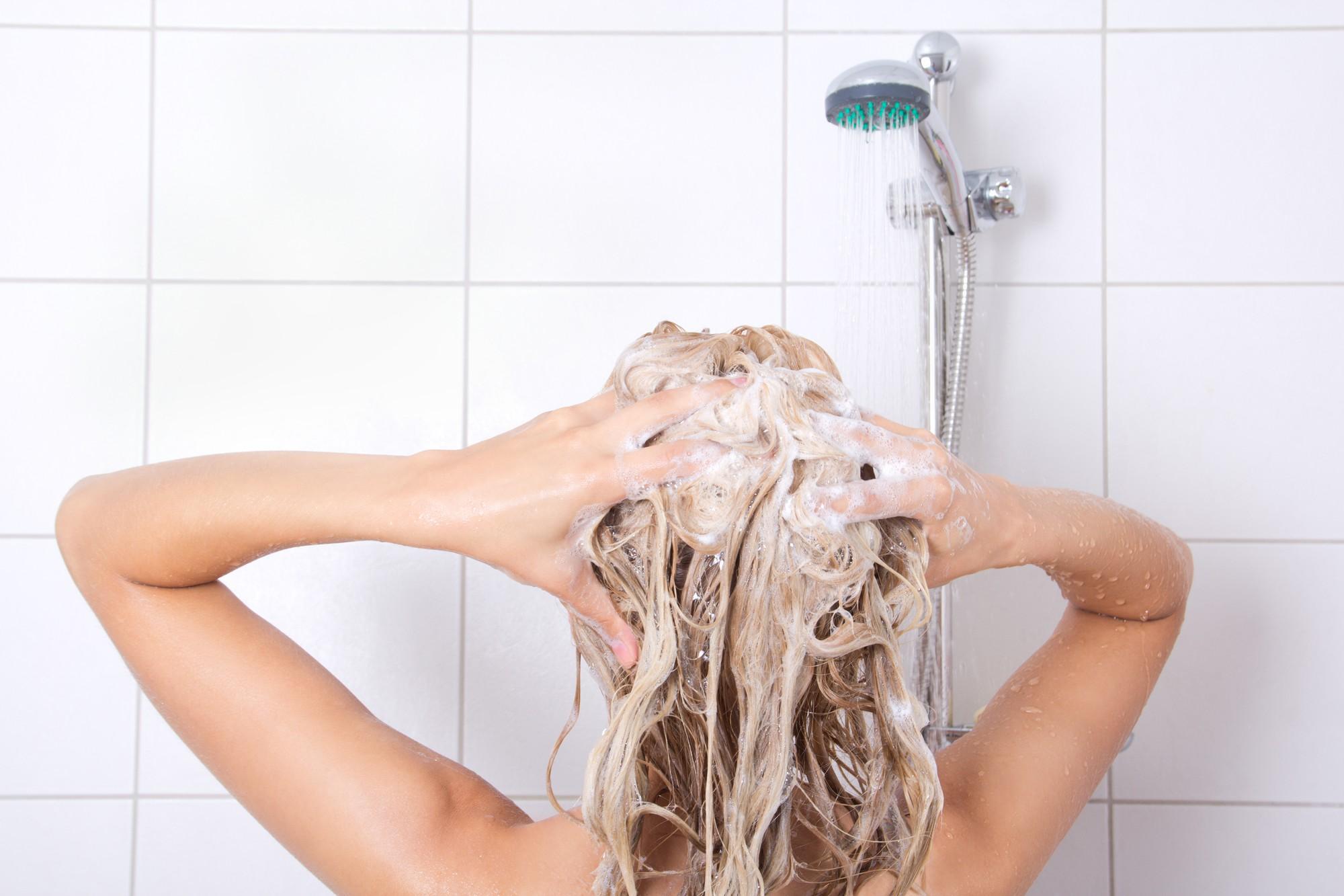 Những thói quen khiến cho mái tóc mùa đông vốn đã bết dầu lại càng nhanh bết - Ảnh 1.