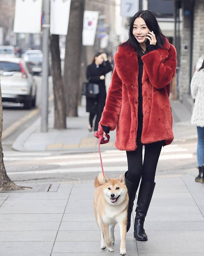 Cứ mùa lạnh đến là 7 mẫu áo khoác ấm áp này lại được các cô nàng thi nhau chưng diện - Ảnh 23.