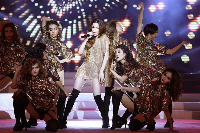 Từ khi yêu Kim Lý, trang phục biểu diễn của Hồ Ngọc Hà kín đáo và tinh tế hơn hẳn