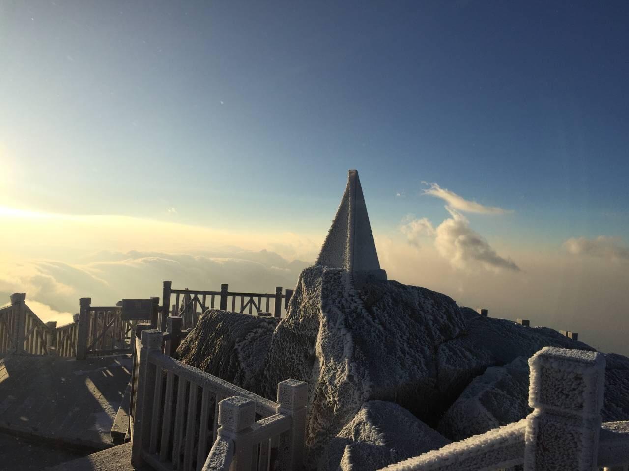 Đỉnh Fansipan trắng xóa băng tuyết, nhiệt độ ghi nhận -4 độ C - Ảnh 8.