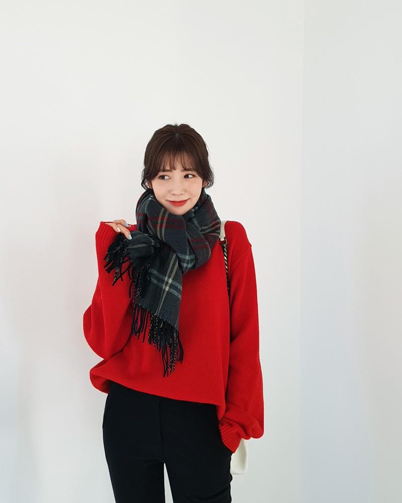 Đi chơi Giáng sinh nhất định phải diện áo len đỏ và đây là 12 gợi ý mix đồ với áo len đỏ xinh lung linh cho bạn - Ảnh 5.