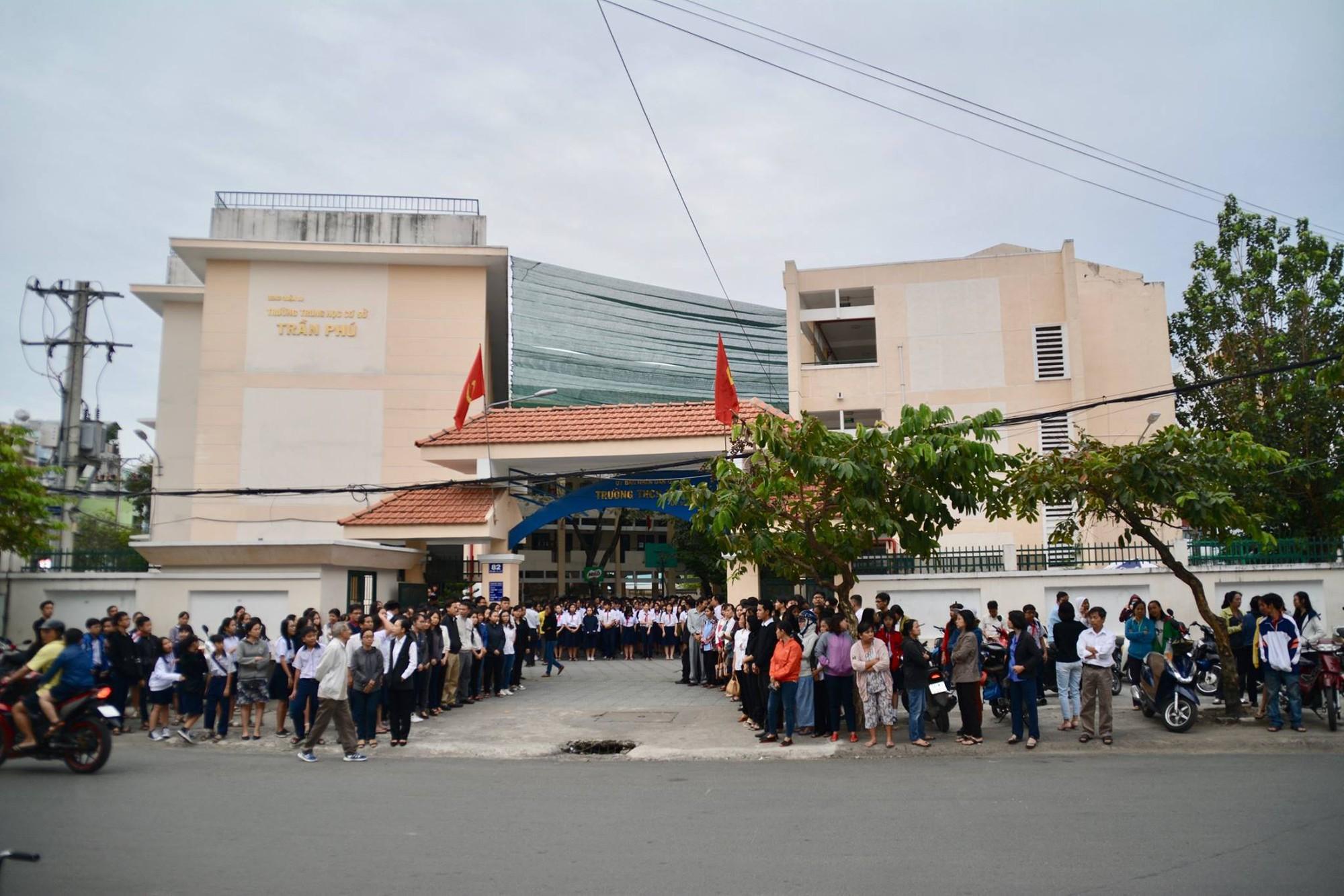 Hình ảnh xúc động: Hàng nghìn HS trường Trần Phú TP.HCM cuối đầu vĩnh biệt thầy hiệu trưởng đột ngột qua đời - Ảnh 5.