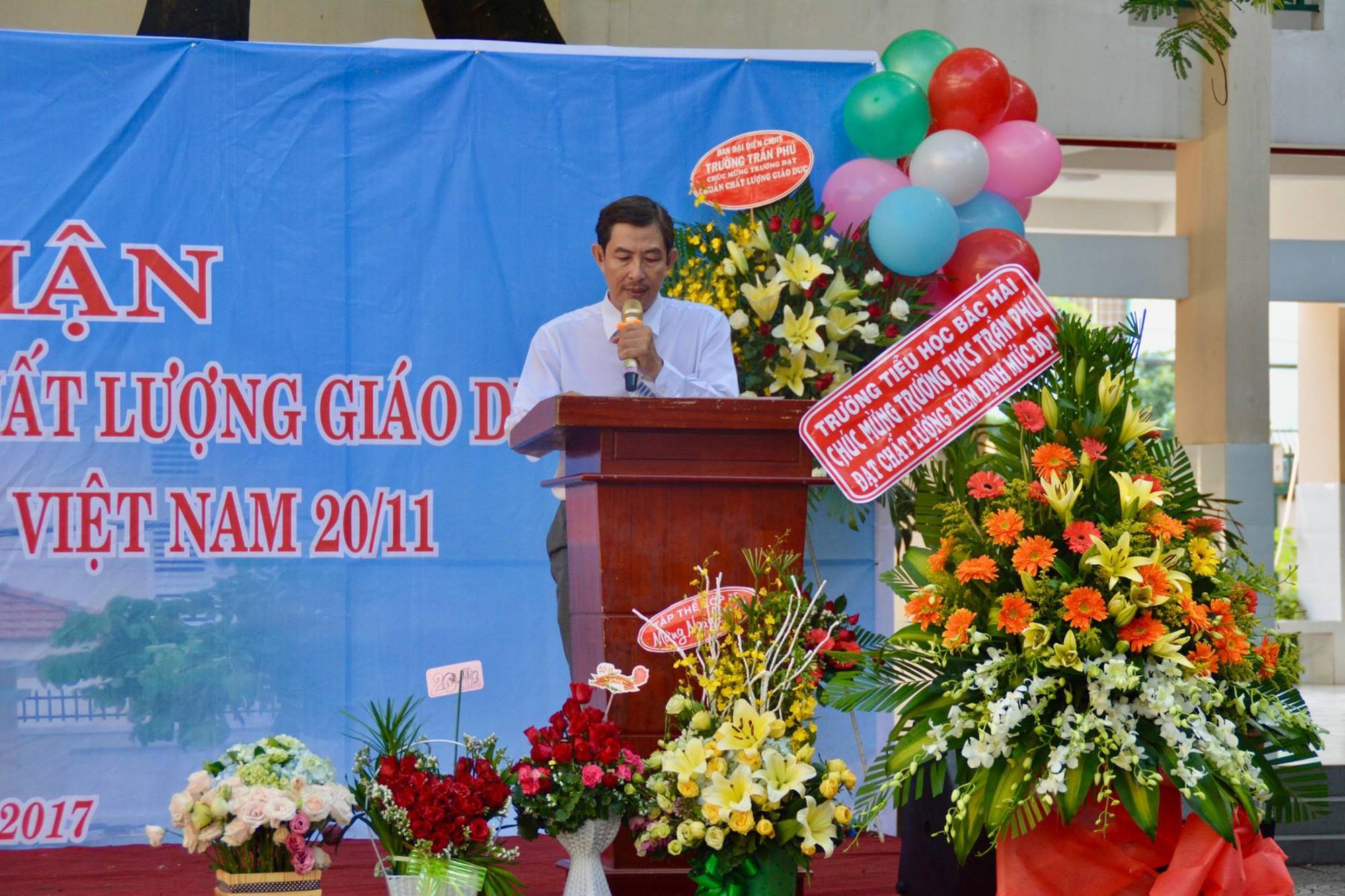 Hình ảnh xúc động: Hàng nghìn HS trường Trần Phú TP.HCM cuối đầu vĩnh biệt thầy hiệu trưởng đột ngột qua đời - Ảnh 2.
