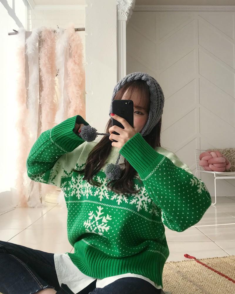 Đi chơi Giáng sinh nhất định phải diện áo len đỏ và đây là 12 gợi ý mix đồ với áo len đỏ xinh lung linh cho bạn - Ảnh 15.